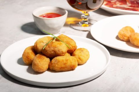 tapas-croquettes-traditional-spanish-or-french-sna-LS9MFBD-min